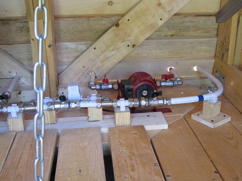 Насос для повышения давления горячей воды и обход клапана с кранами крупным планом.