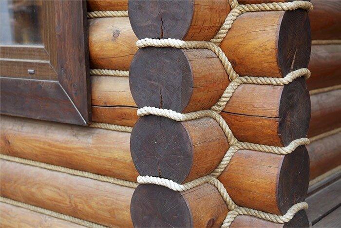 джутовая веревка в швах снаружи бревен