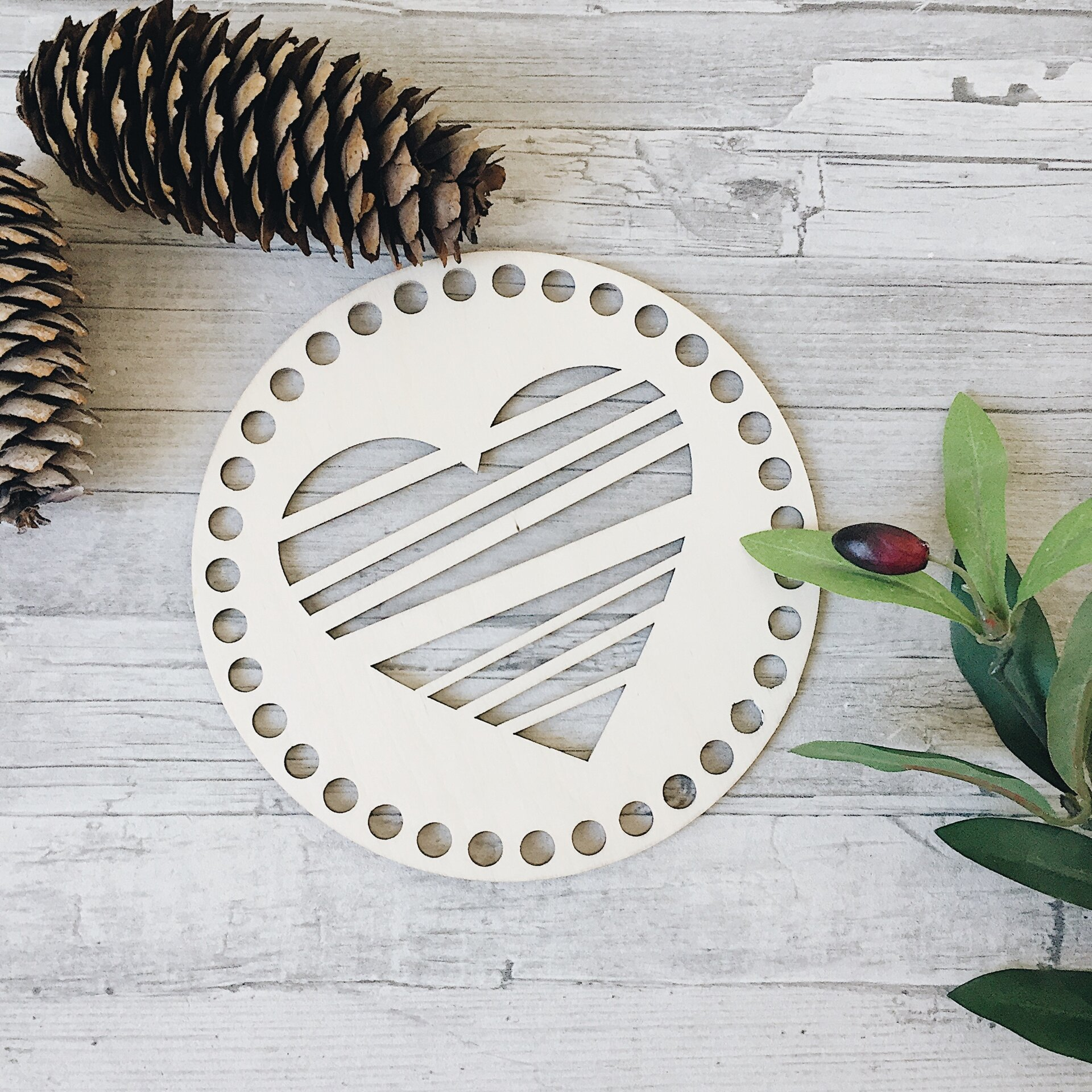 Деревянная резная крышка для корзинки, круг с сердцем 15см - фото pic_ee866e2cb06dc56_1920x9000_1.jpg