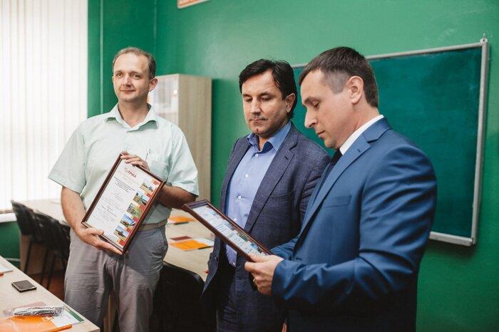 Сучков А.И. вручает благодарности и дипломы за содействие в проведении Дня Растениеводства ТРИА 2015