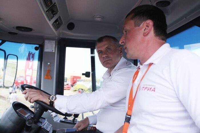 За рулем трактора КИРОВЕЦ Председатель Государственного Совета Республики Крым Владимир Константинов