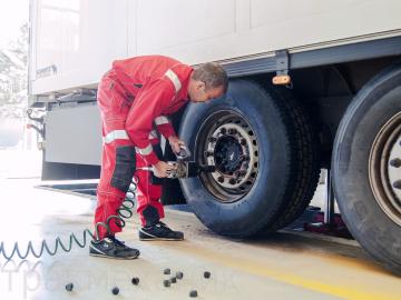 снятие колес с грузовика